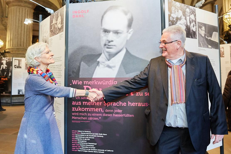 Dr. Nölke bedankt sich bei Susanne Wittek für die gelungene Gestaltung der Ausstellung